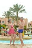 Couples supérieurs se tenant à dans la piscine Photo stock
