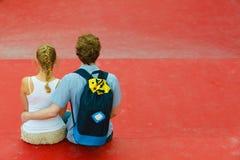 Couples sur étreindre de voyage Image libre de droits