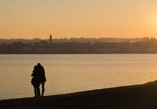 Couples sur des banques de lac Maggiore, Italie Photographie stock libre de droits