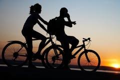 Couples sur des bicyclettes Photo stock