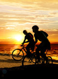 Couples sur des bicyclettes Photo stock