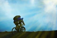 Couples sur des bicyclettes Image libre de droits