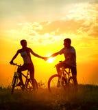 Couples sur des bicyclettes images stock