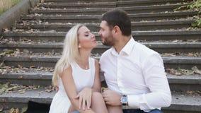 Couples sur des contacts d'échelle clips vidéos