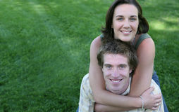 Couples sur l'herbe Photos stock