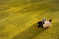 Couples sur l'herbe Images stock