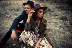 Couples sur l'herbe jaunie Images stock