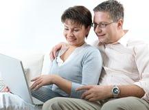Couples sur l'ordinateur portatif Photo stock