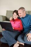 Couples sur l'ordinateur portatif Photos libres de droits