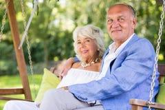 Couples sur l'oscillation de porche Images stock