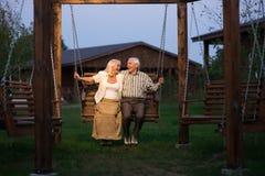 Couples sur l'oscillation de porche Image libre de droits