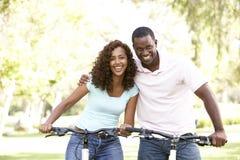 Couples sur la conduite de cycle en stationnement Image stock