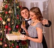 Couples sur la fête de Noël Amour et champagne Image stock