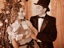 Couples sur la fête de Noël. Rétro noir et blanc. Image libre de droits
