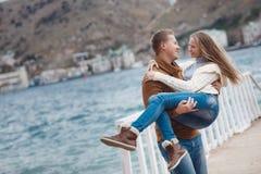 Couples sur la jetée en bois près de la mer en automne Image libre de droits