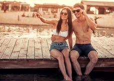 Couples sur la mer Photographie stock libre de droits