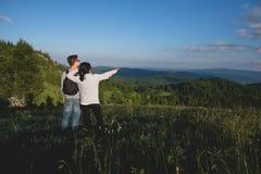 Couples sur la montagne Photographie stock libre de droits