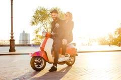 Couples sur la motocyclette dans la ville Photographie stock