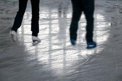 Couples sur la patinoire Photographie stock