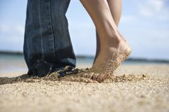 Couples sur la plage. Photos stock