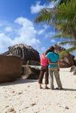 Couples sur la plage Photographie stock libre de droits