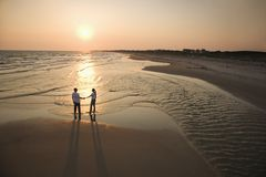 Couples sur la plage. Photos libres de droits
