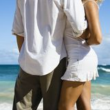 Couples sur la plage. Photographie stock