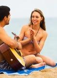 Couples sur la plage avec la guitare Photo stock