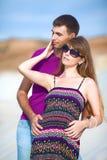 Couples sur la plage avec le sable blanc Images libres de droits