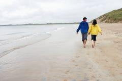 Couples sur la plage dans l'amour Photos libres de droits