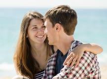 Couples sur la plage sablonneuse Photographie stock libre de droits