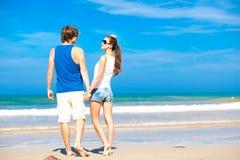 Couples sur la plage tropicale dans des lunettes de soleil en Thaïlande Image stock