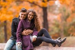 Couples sur la promenade d'automne Photographie stock libre de droits