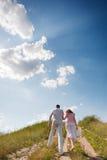 Couples sur la promenade de pays tenant des mains Photographie stock libre de droits