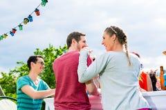 Couples sur la réception en plein air appréciant la célébration Photo libre de droits