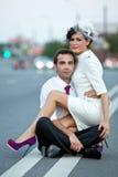 Couples sur la route au crépuscule Cérémonie de mariage Photographie stock libre de droits