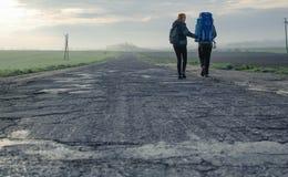Couples sur la route de matin Image stock