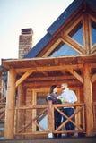 Couples sur la terrasse de la maison Photographie stock