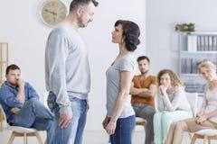 Couples sur la thérapie de groupe photo libre de droits