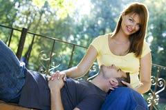 Couples sur le banc Photo libre de droits