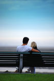 Couples sur le banc. Images stock