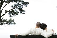 Couples sur le banc   Photos stock