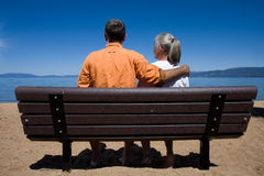 Couples sur le banc Photo libre de droits