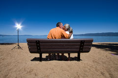 Couples sur le banc Photos stock
