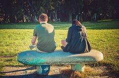 Couples sur le banc Images libres de droits