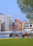Couples sur le banc en bois, Nieuwe Kaai, Turnhout, Belgique Photographie stock libre de droits