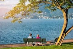 Couples sur le banc près du lac Photo libre de droits