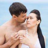 Couples sur le bord de la mer dans le jour nuageux Image libre de droits