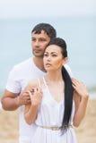 Couples sur le bord de la mer dans le jour nuageux Images libres de droits