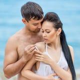 Couples sur le bord de la mer dans le jour nuageux Photographie stock libre de droits